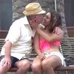 Velho Beijando Garotas Desconhecidas na Rua