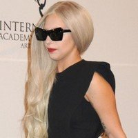 Lady Gaga Quase Mostra Partes Íntimas no Emmy Awards